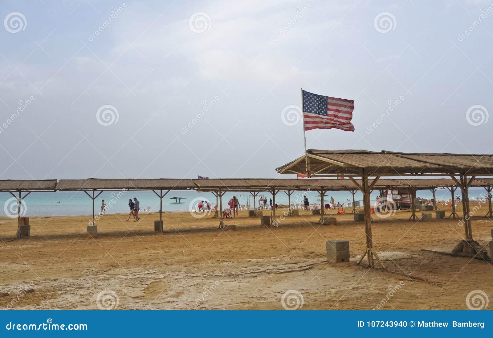 Mar muerto durante invierno con agitar la bandera americana