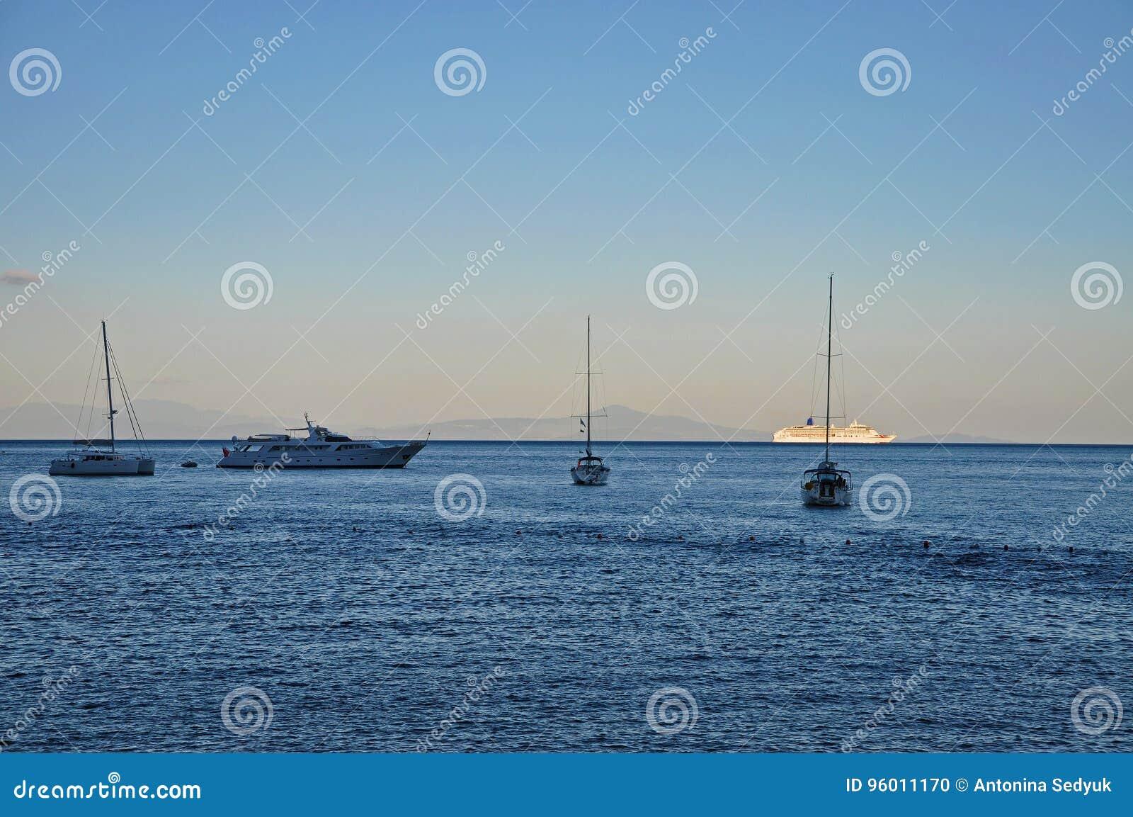 Mar, naves y yates de la tarde