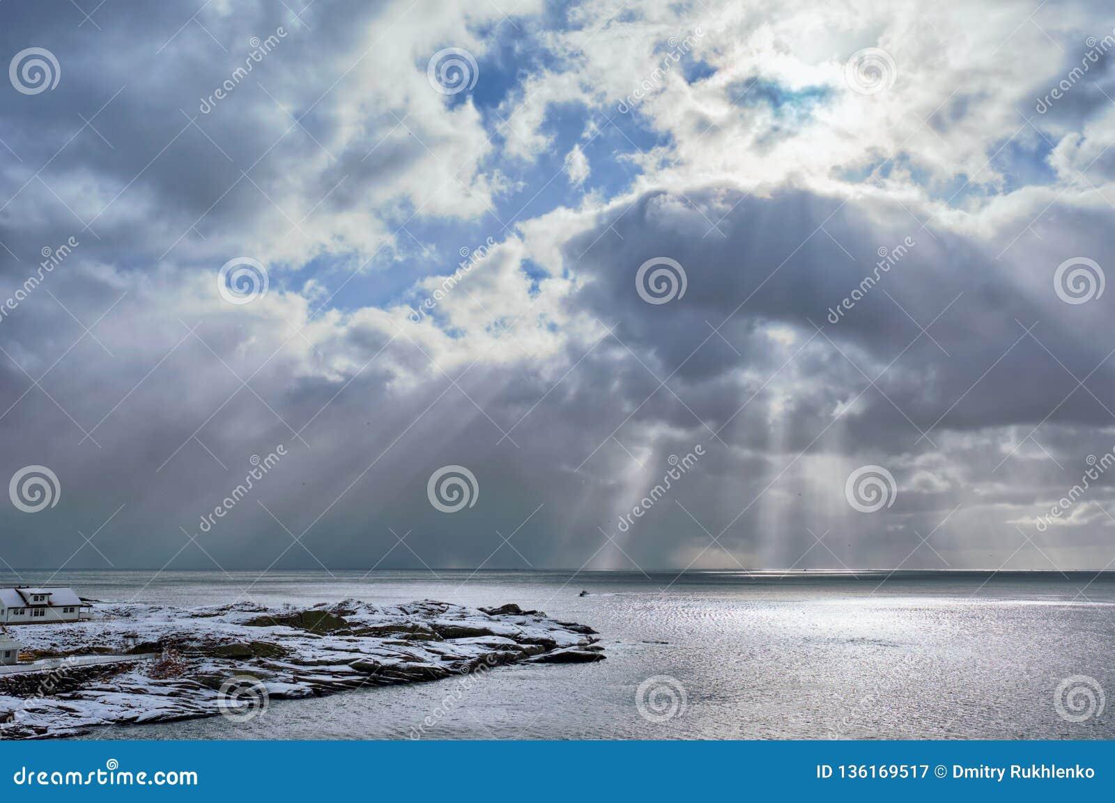 Mar norueguês no inverno com raios do sol