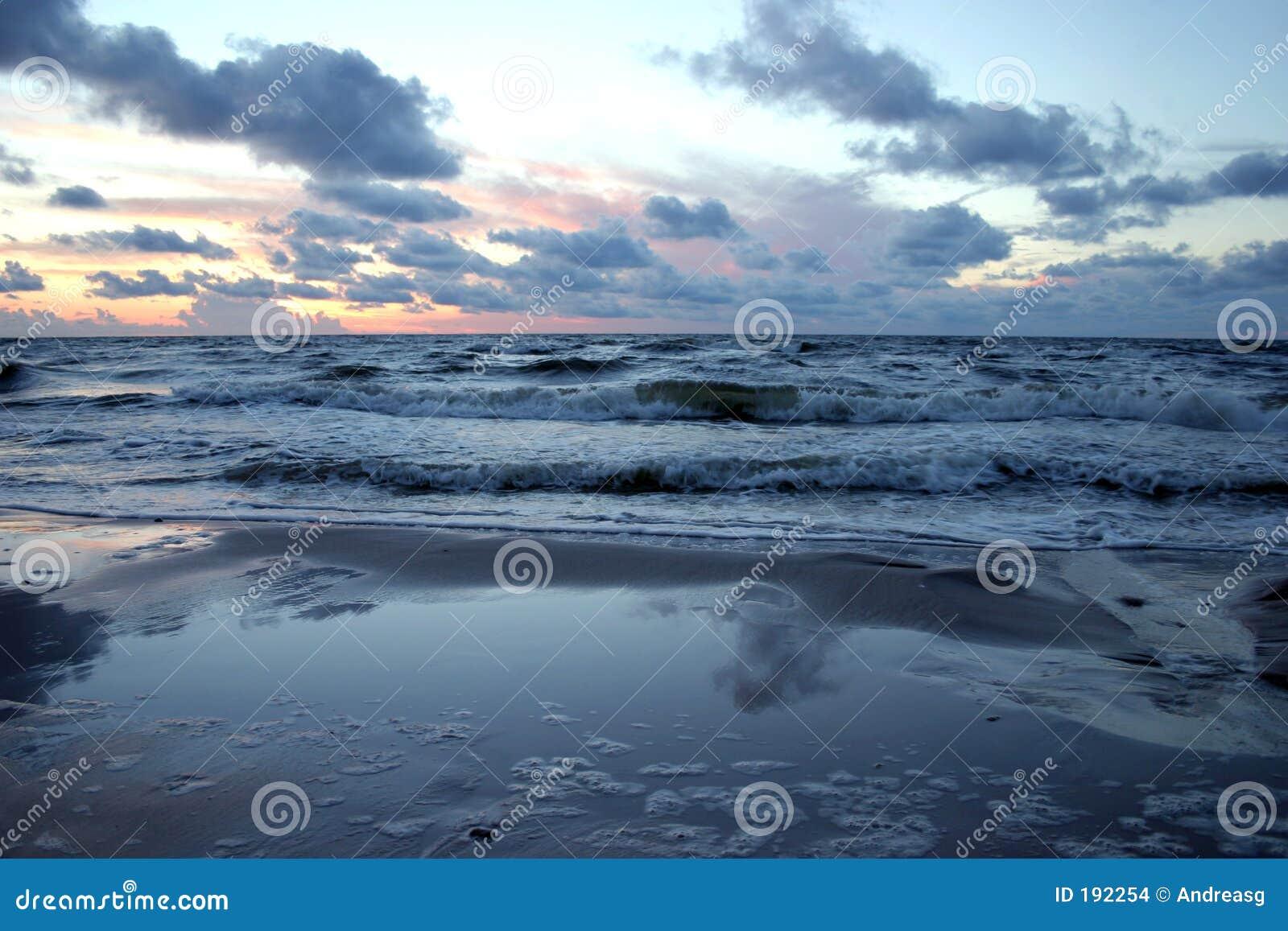 Mar preocupado en la puesta del sol