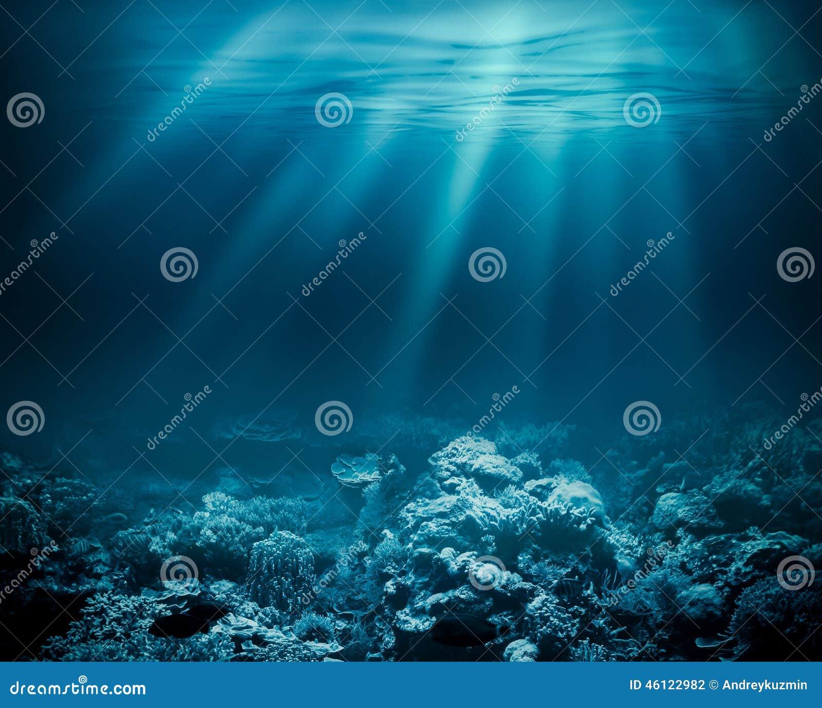 Mar profundamente ou oceano subaquático com o recife de corais como a