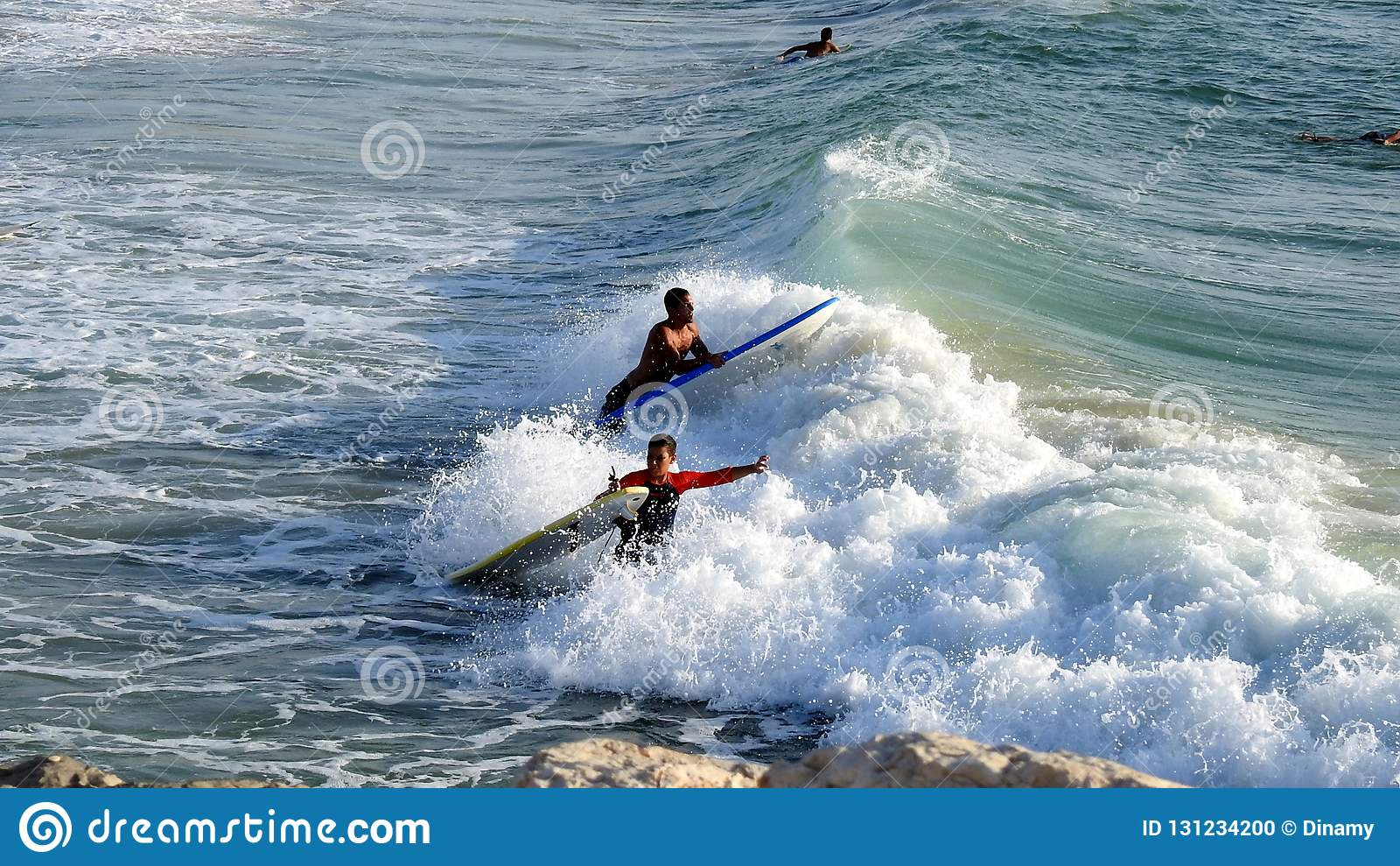Mar que practica surf en verano