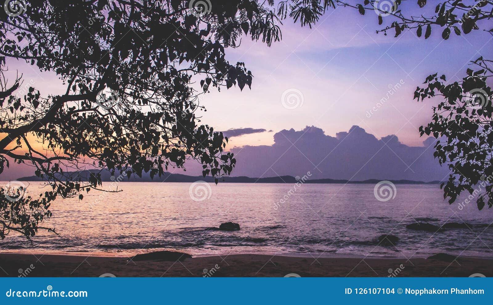 Mar Tailândia da onda da luz do sol da luz do nascer do sol do por do sol da praia