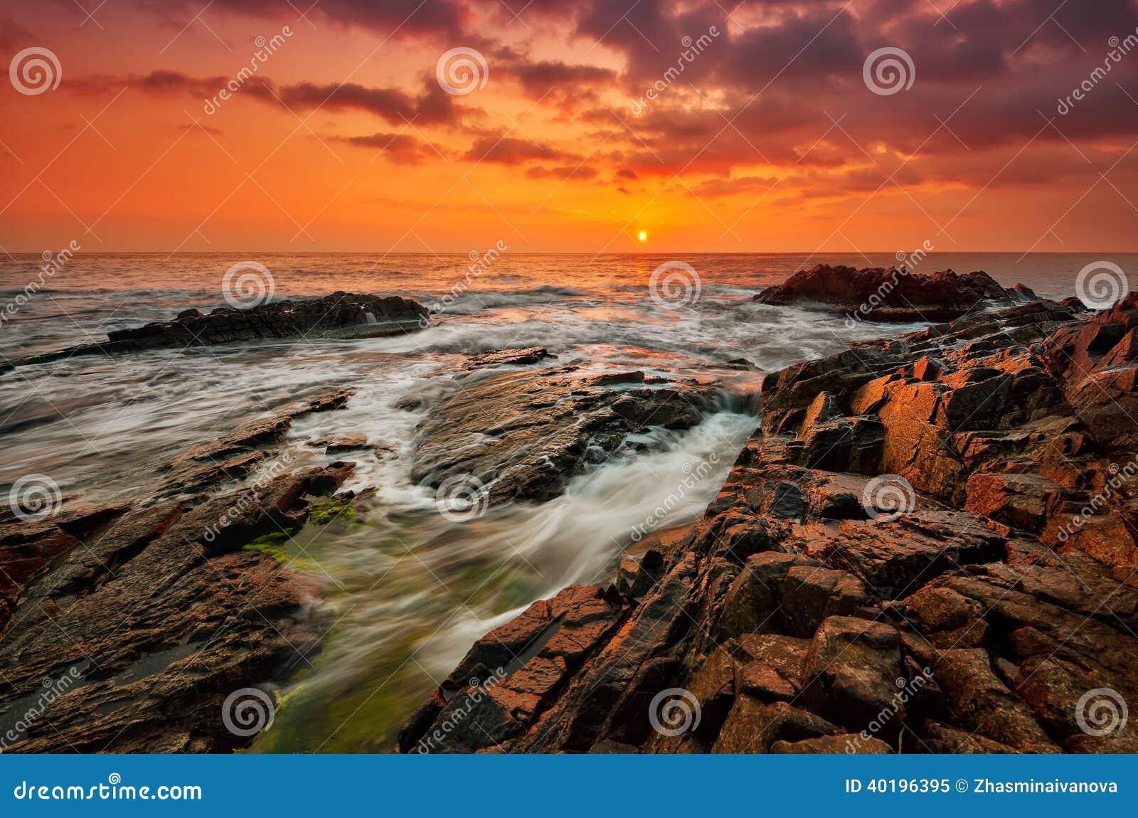 Mar tormentoso no nascer do sol