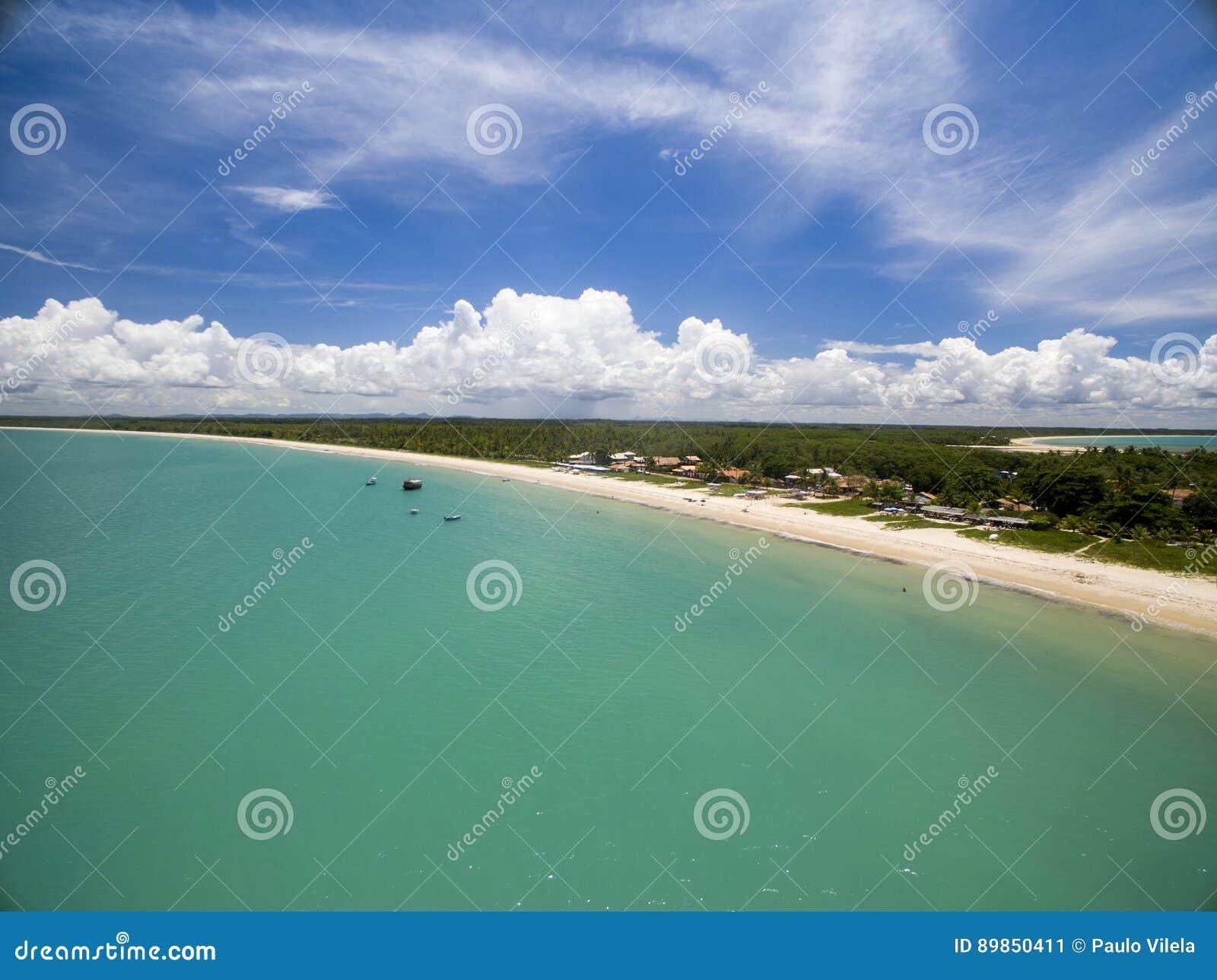 Mar verde de la visión aérea en una costa brasileña de la playa en un día soleado en Corumbau, Bahía, el Brasil En febrero de 201