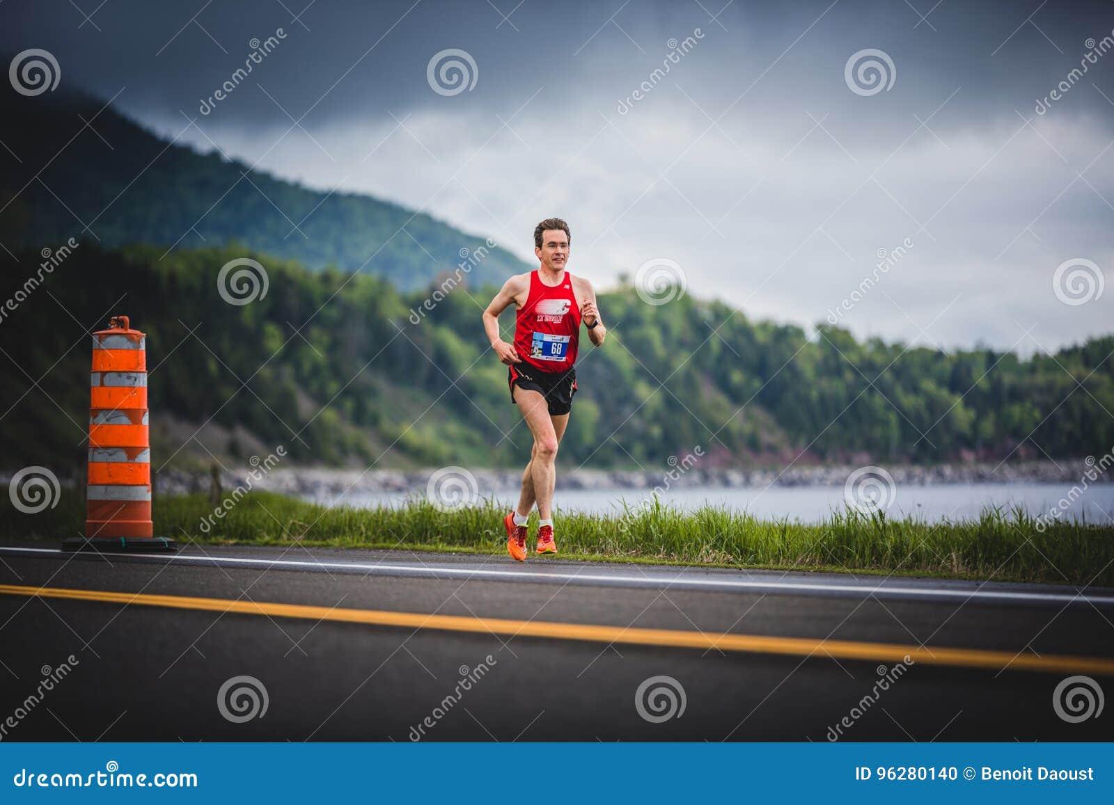 Marathoner aproximadamente los 7km del hombre de la distancia