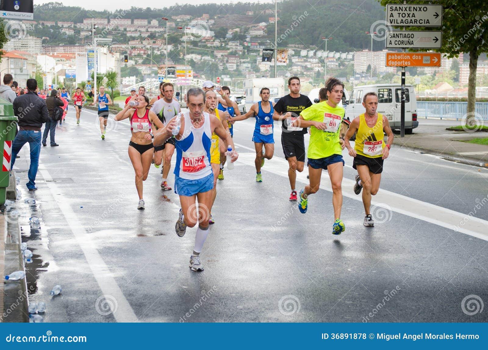 Download Maratona urbana fotografia stock editoriale. Immagine di azione - 36891878