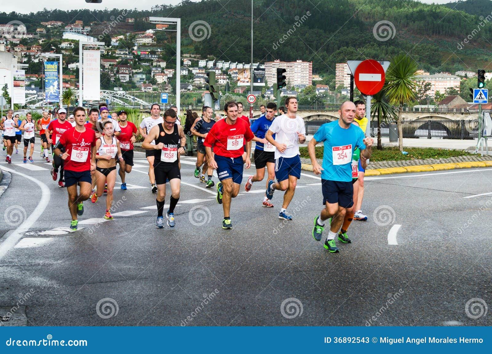 Download Maratona urbana fotografia stock editoriale. Immagine di concorrenza - 36892543