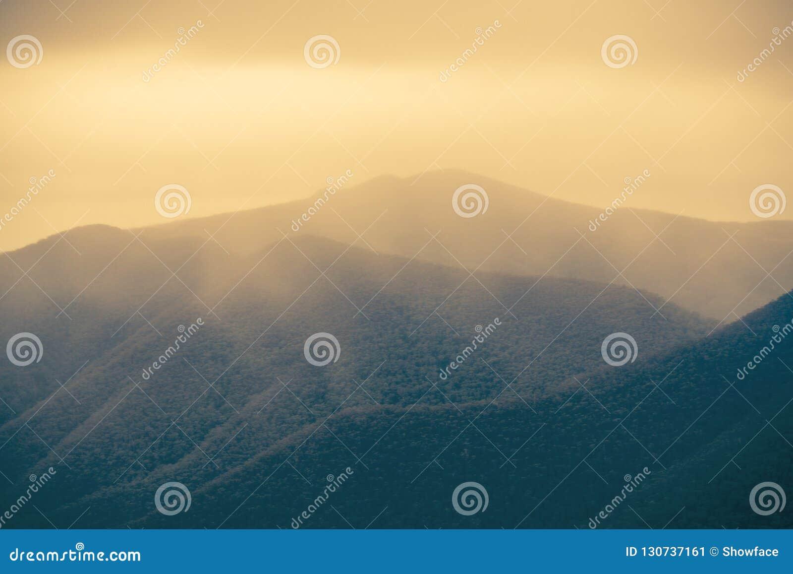 A maravilha de Misty Mountain Ranges