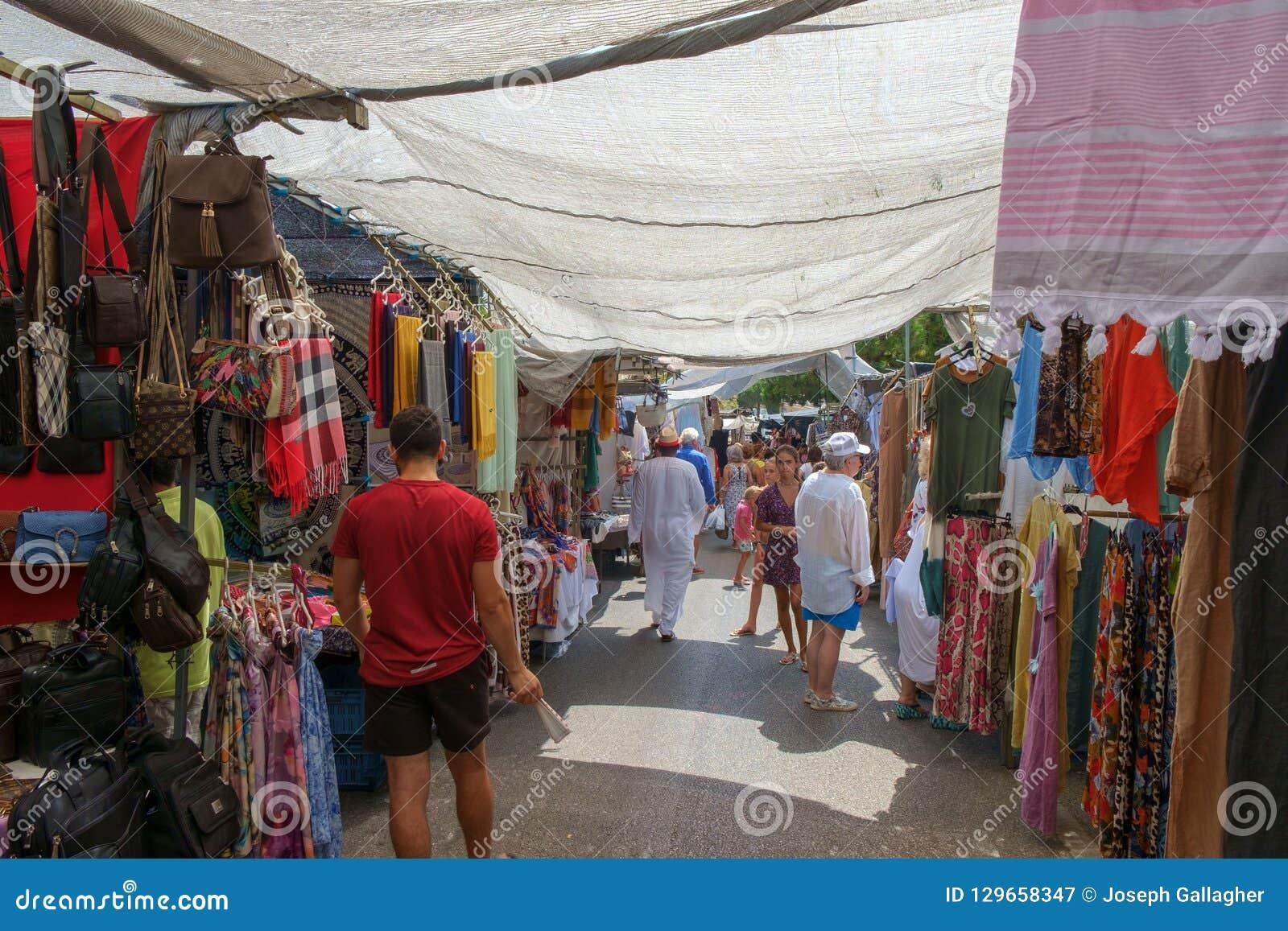 Marbella, España - 1 de septiembre de 2018: Mercado callejero de Puerto Banus