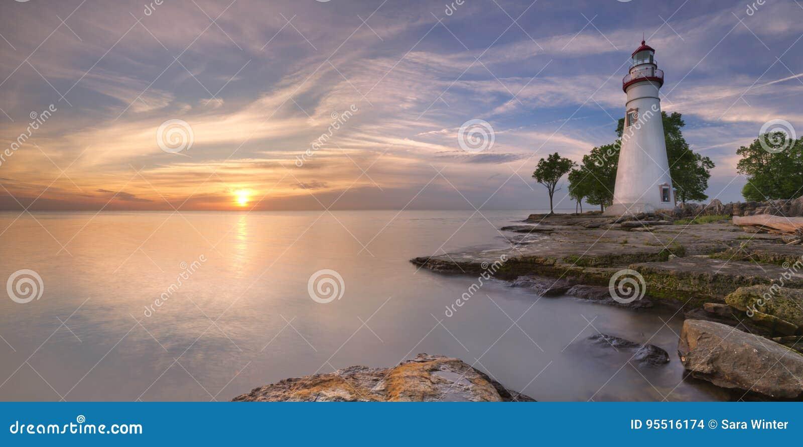 Marblehead latarnia morska na Jeziornym Erie, usa przy wschodem słońca