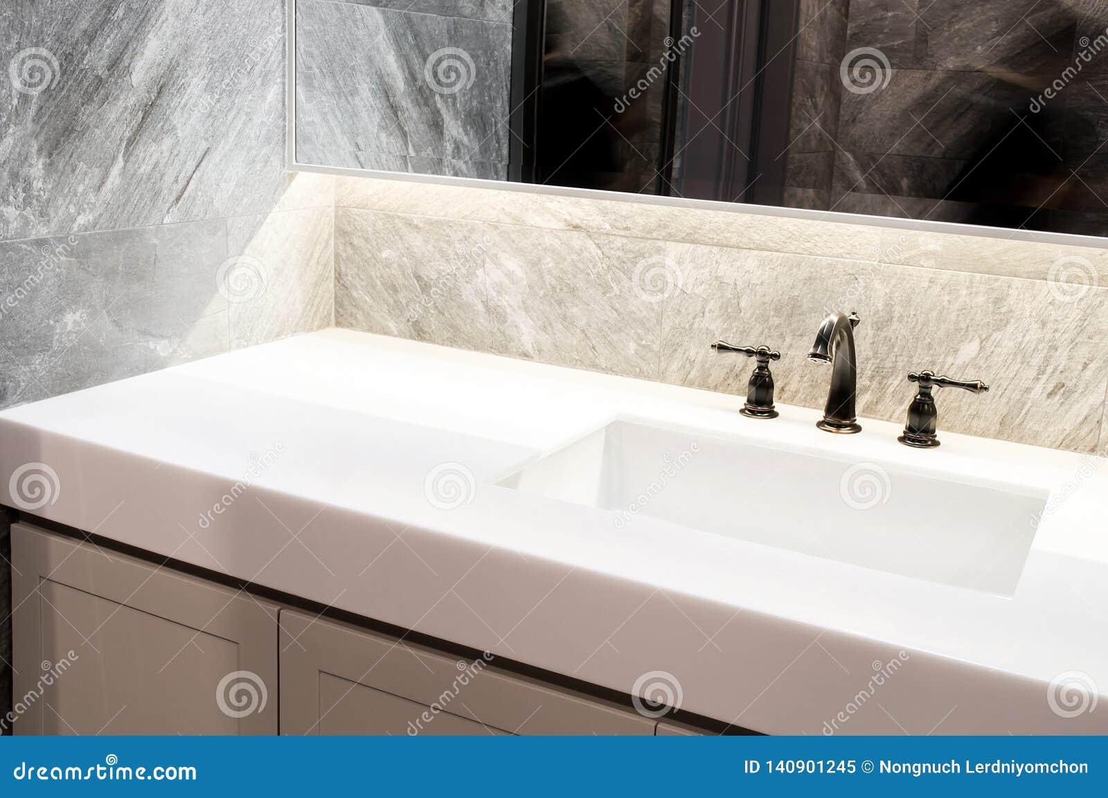 Marbre blanc de plan de travail, quartz avec le lavabo Beige de mur et de plancher, conception intérieure de tuile de marbre gris
