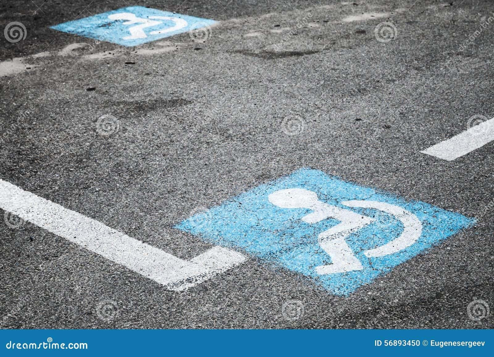 Marcação de estrada do lugar para pessoas deficientes