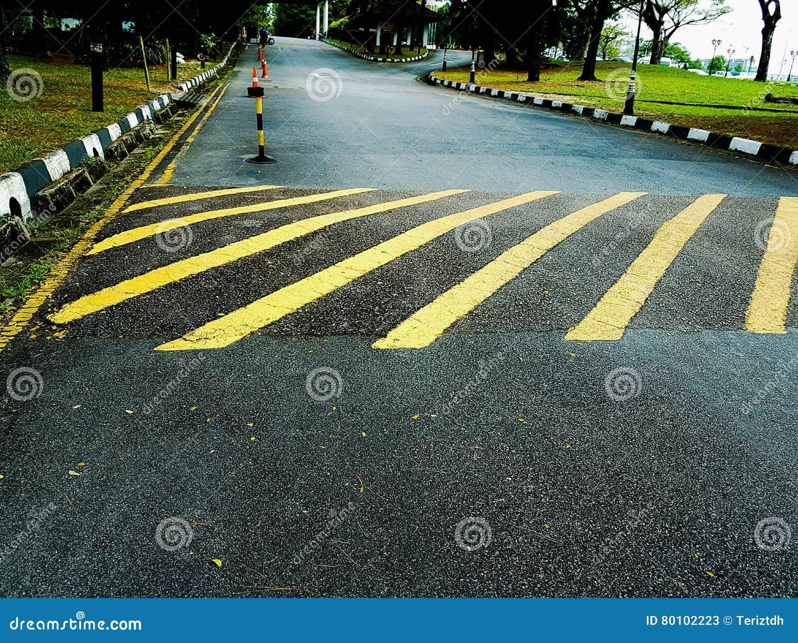 Marcações de estrada para indicar corcundas da estrada no asfalto/estrada do alcatrão