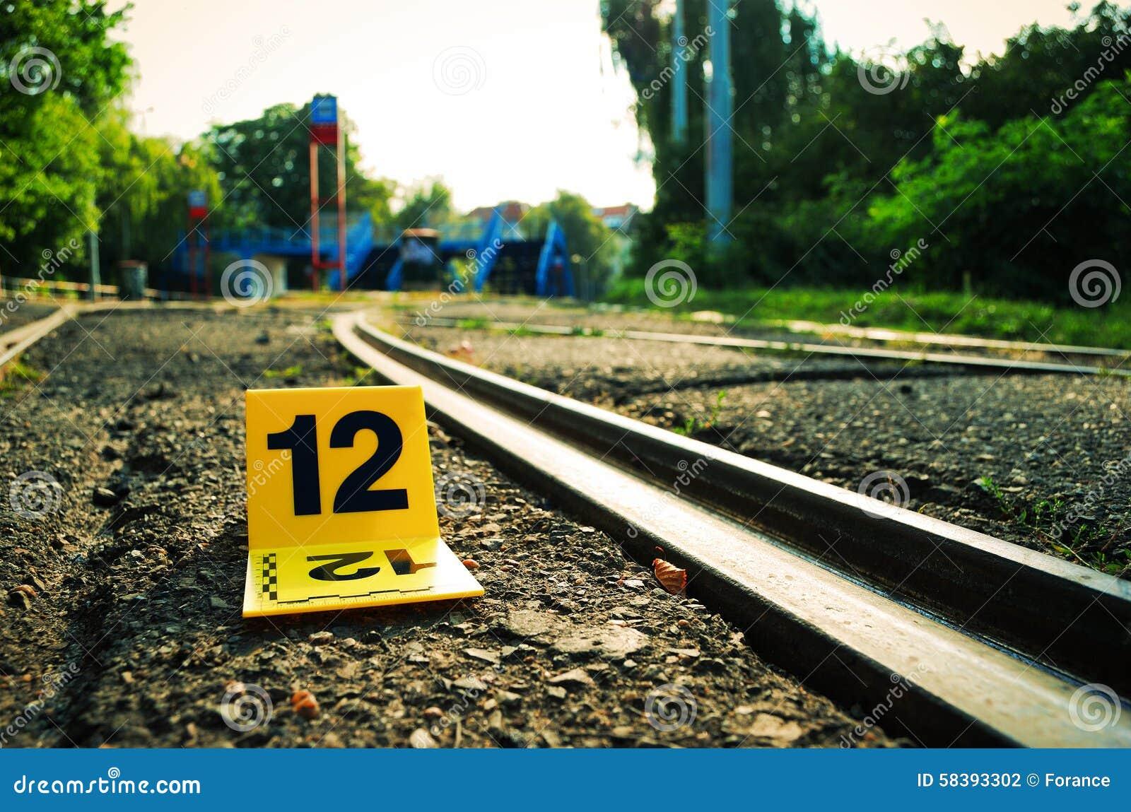 Marcador da evidência da cena do crime próximo aos trilhos