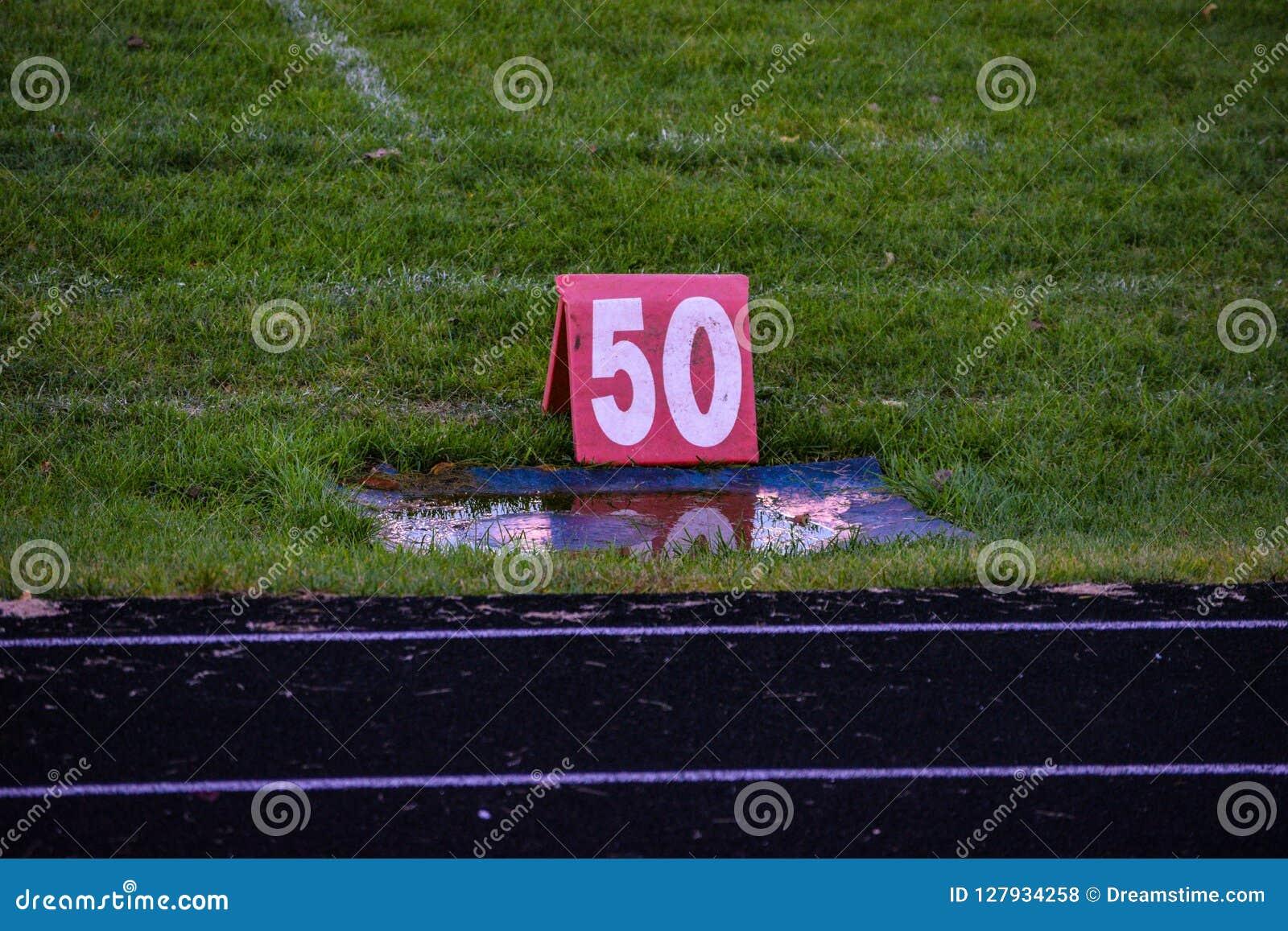 Marcador de 50 linhas de jardas em um jogo de futebol da High School