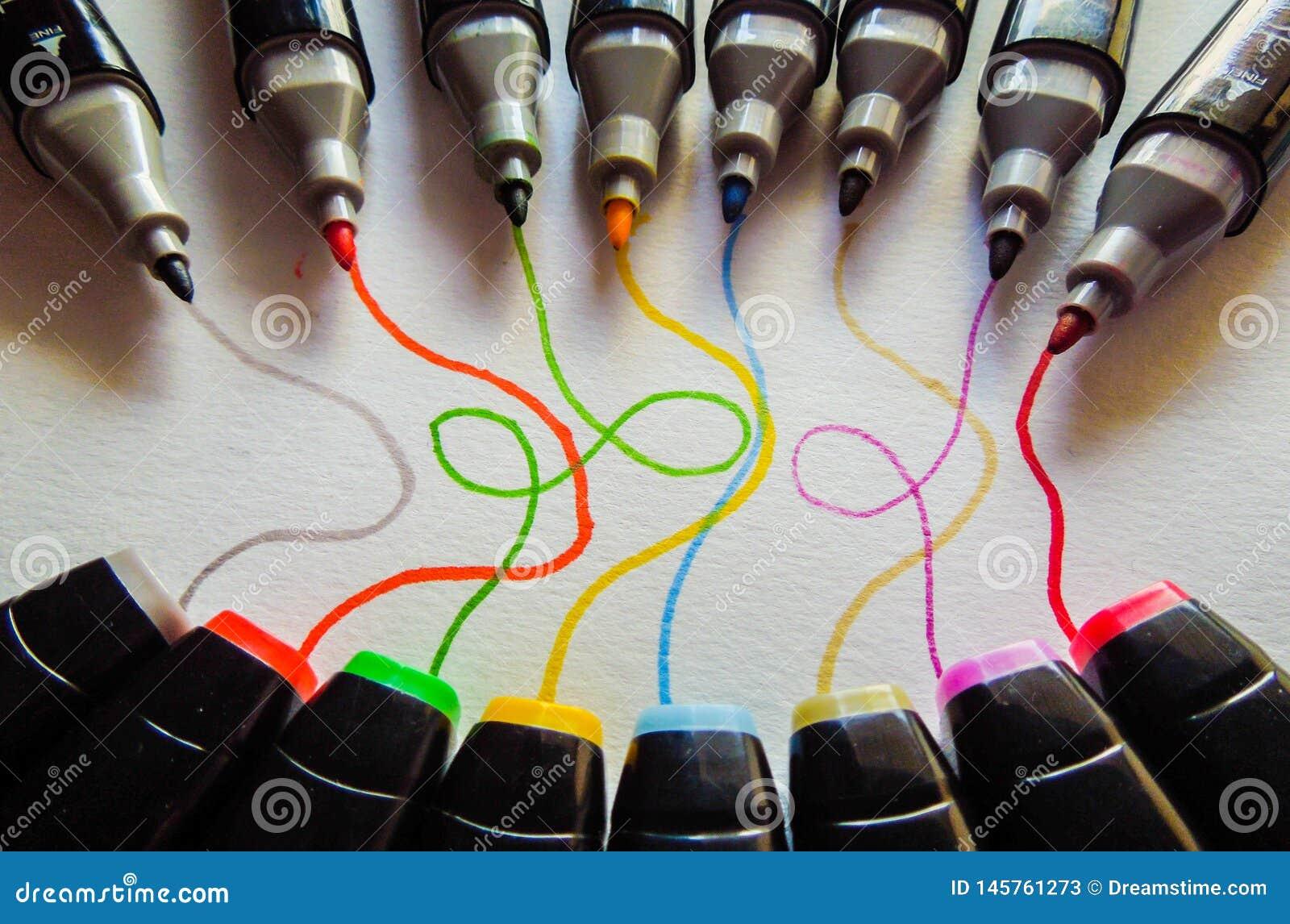 Marcadores coloridos com as linhas que vêm delas