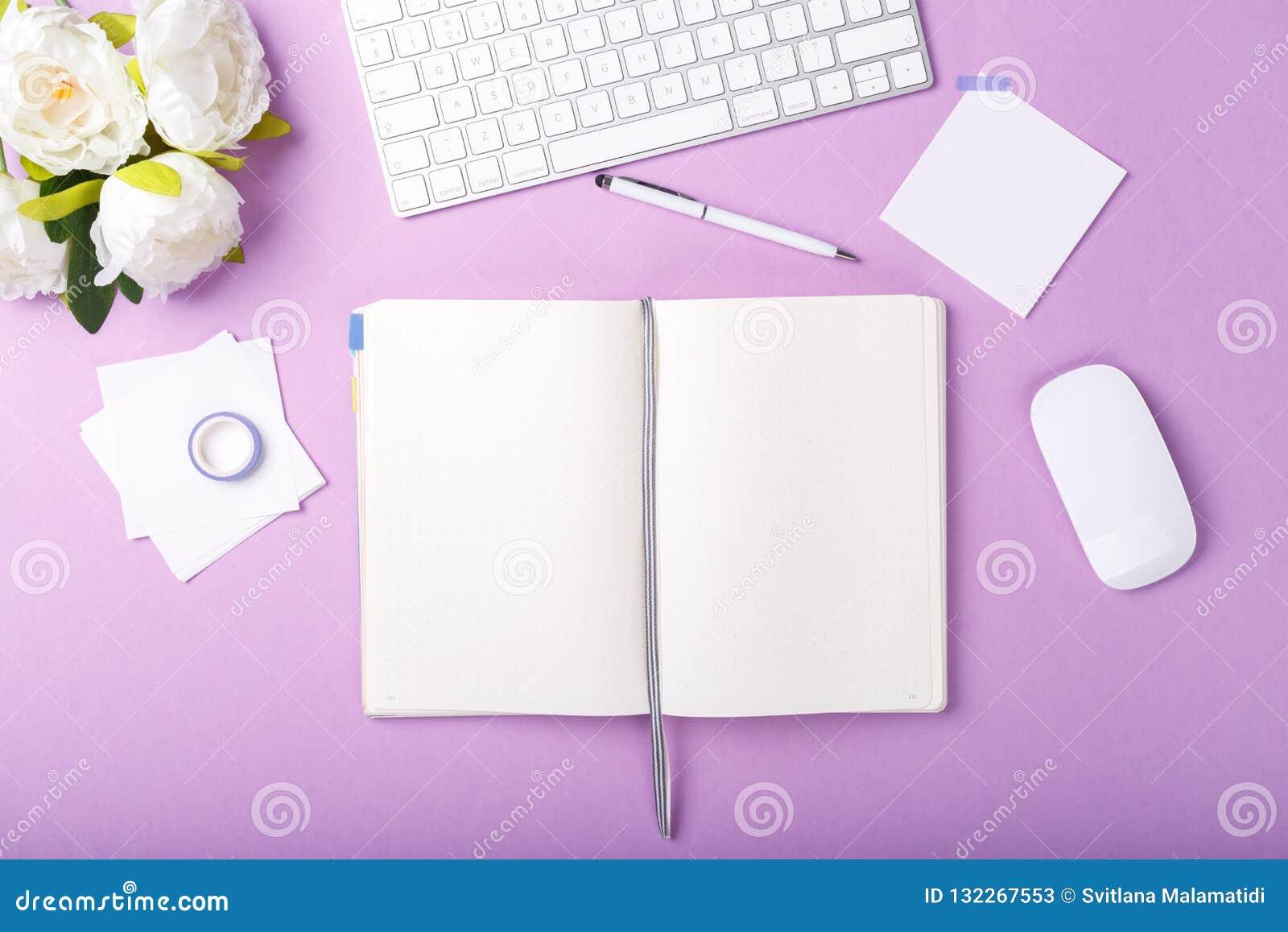 Marcadores coloridos do diário aberto
