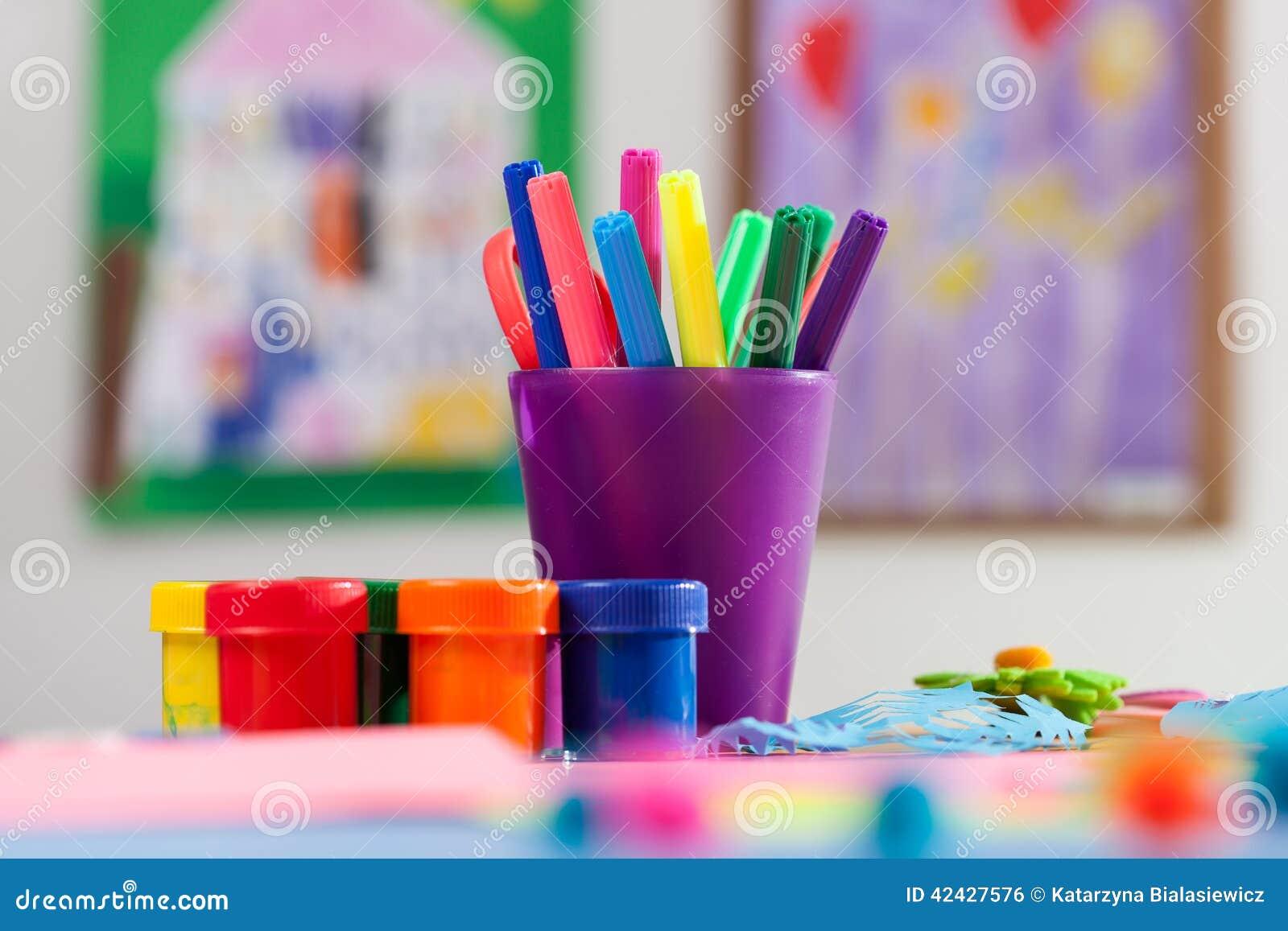 Marcadores y pintura coloreados