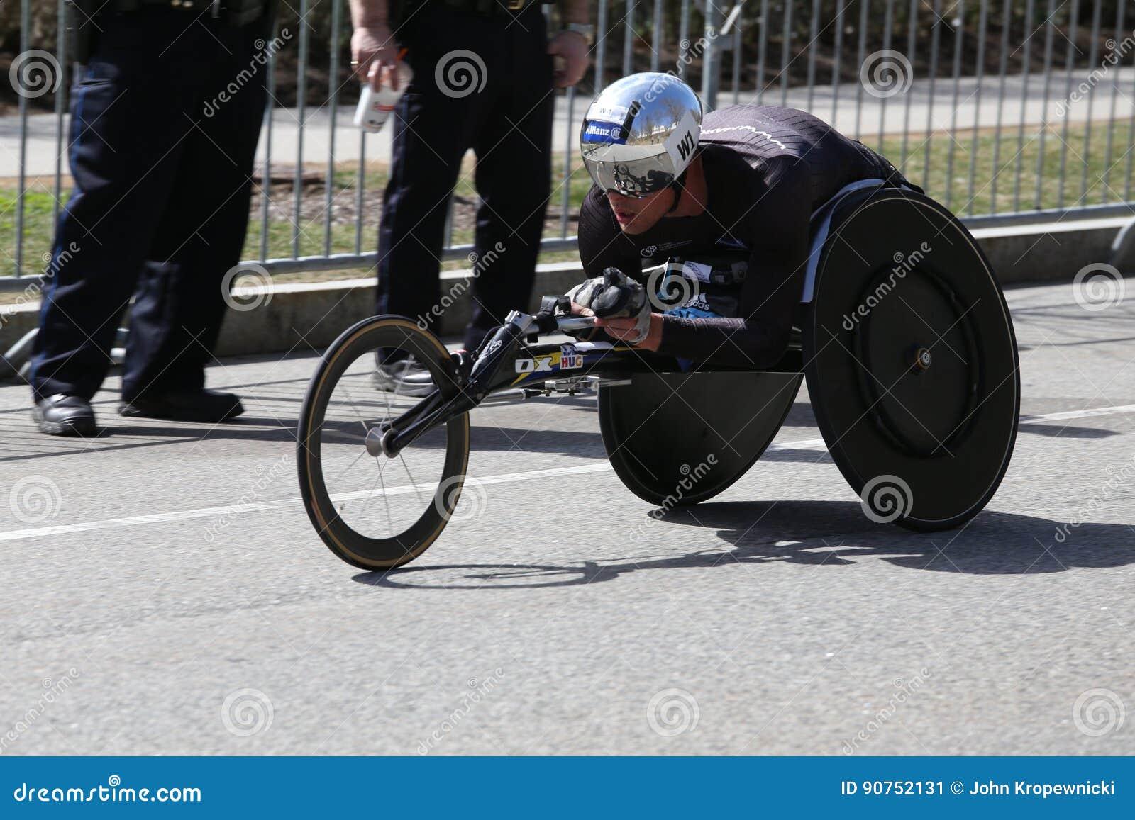 Marcel Hug della Svizzera ha vinto la maratona di Boston con periodo record del 1:18: 25 durante la maratona di Boston