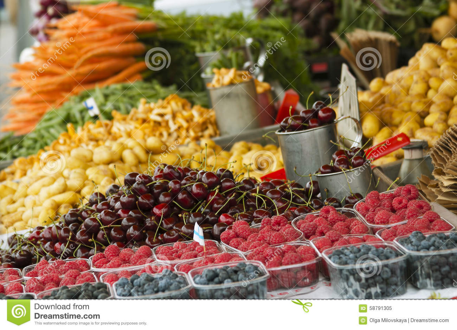 Marché avec le camion de jardin, les légumes, les fruits, les baies etc.
