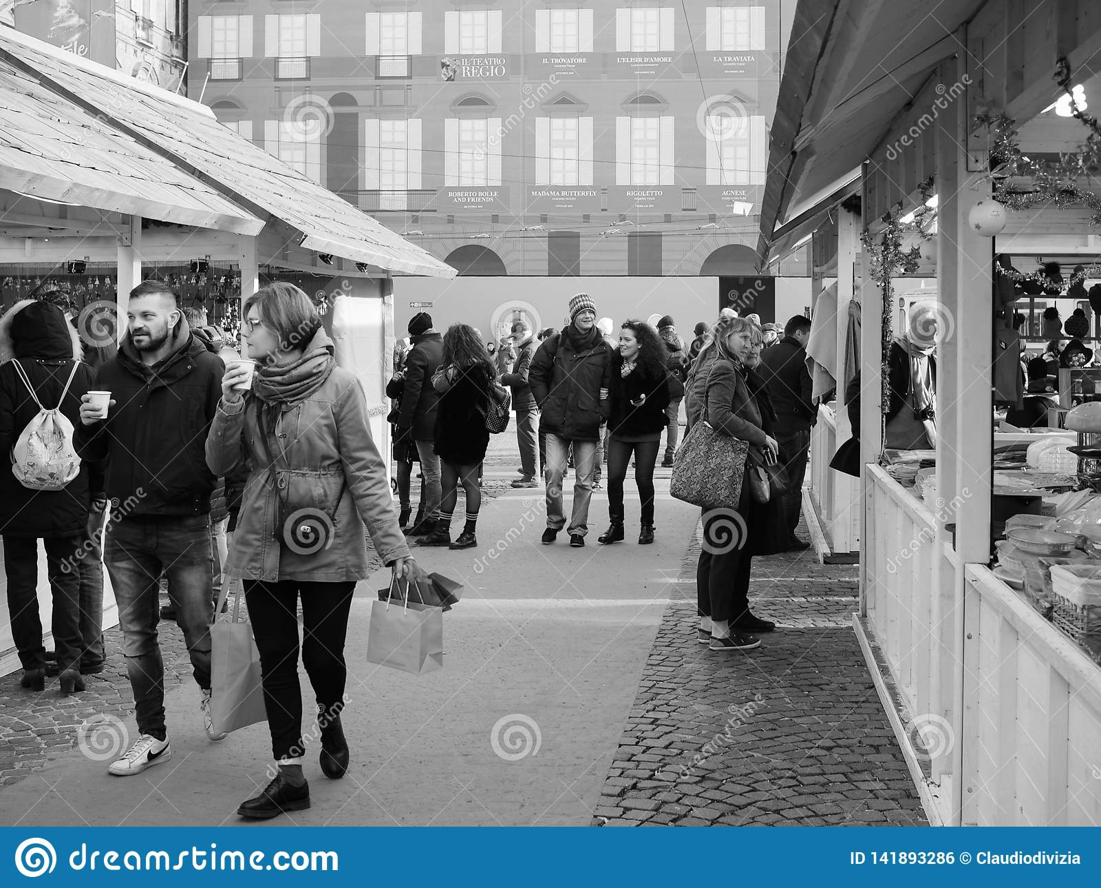 Marché De Noël à Turin En Noir Et Blanc Photo éditorial