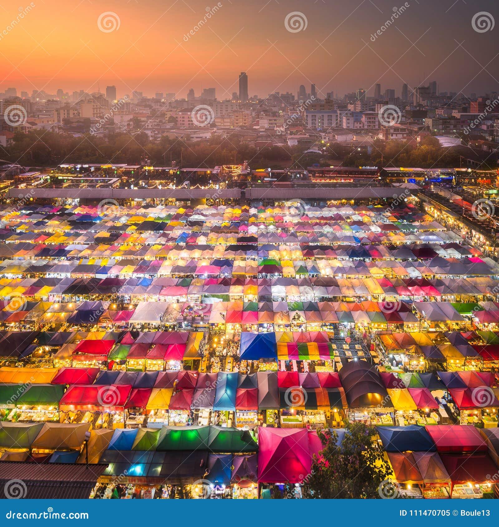 Marché de nuit avec la nourriture de rue à Bangkok