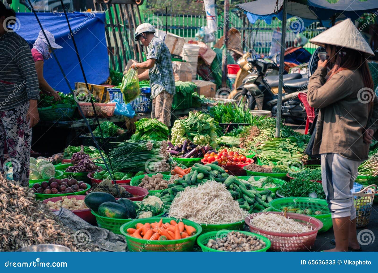 Marché en plein air au Vietnam avec des légumes