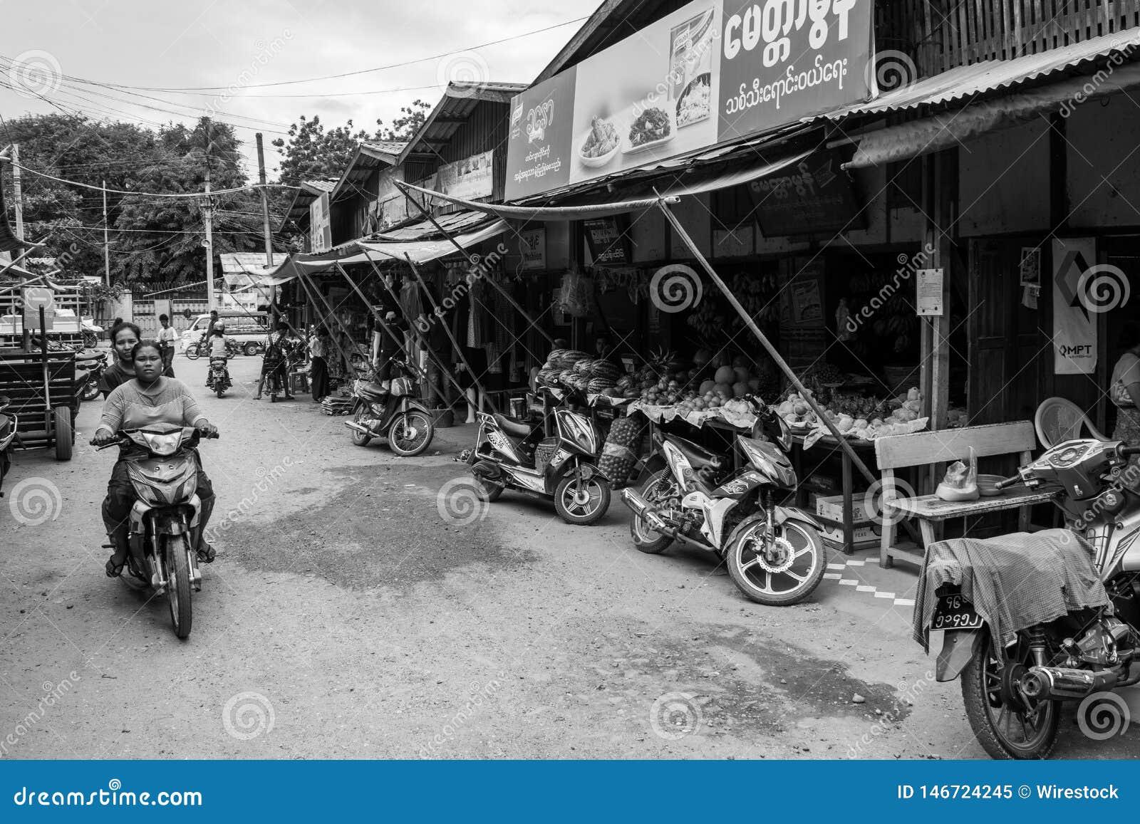 March? birman de Nyaung-U, avec des stalles vendant diff?rents articles, pr?s de Bagan, Myanmar