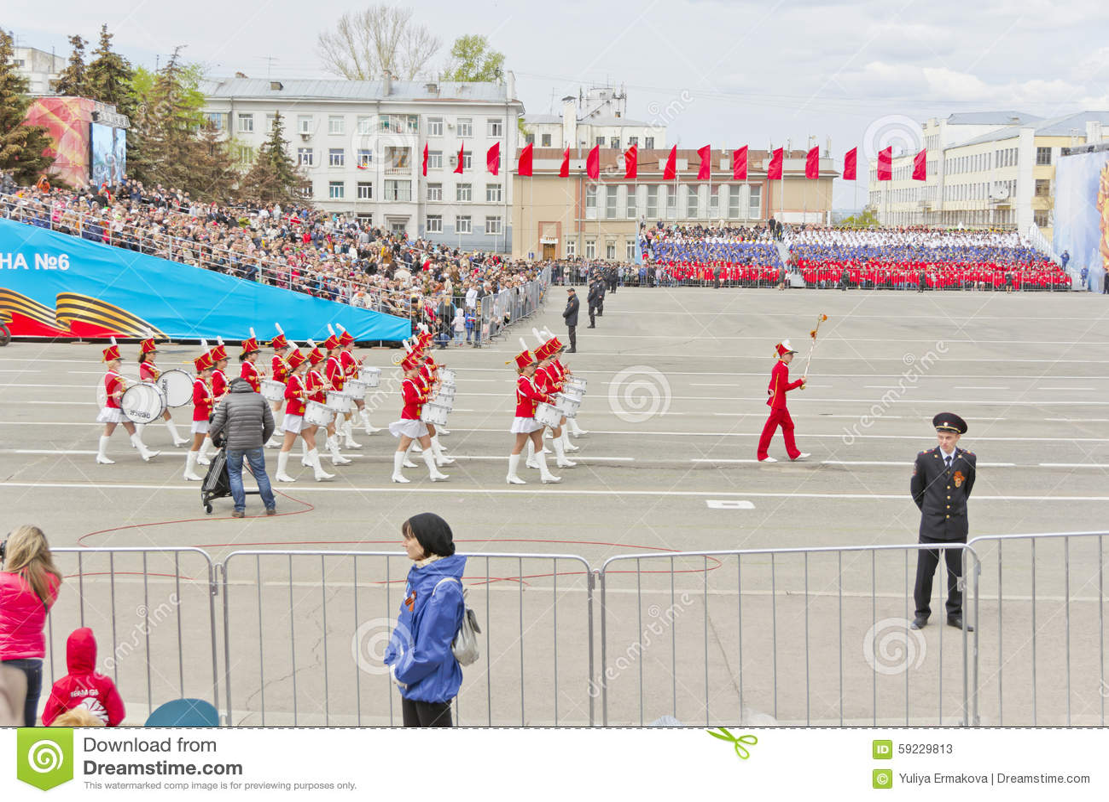 Marcha militar rusa de la orquesta de las mujeres en el desfile en V anual