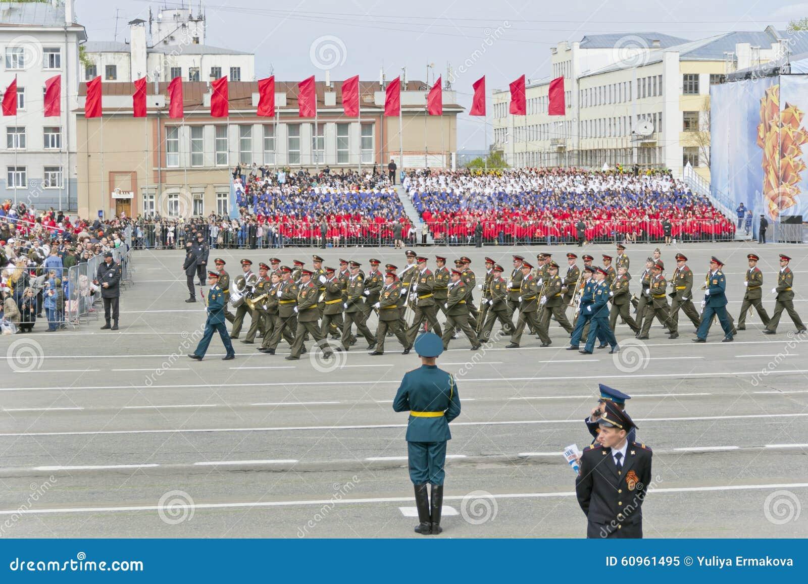 Marcha militar rusa de la orquesta en el desfile en la victoria anual