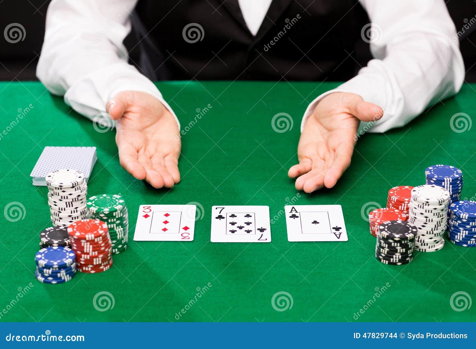 Marchand de Holdem avec jouer des cartes et des puces de casino