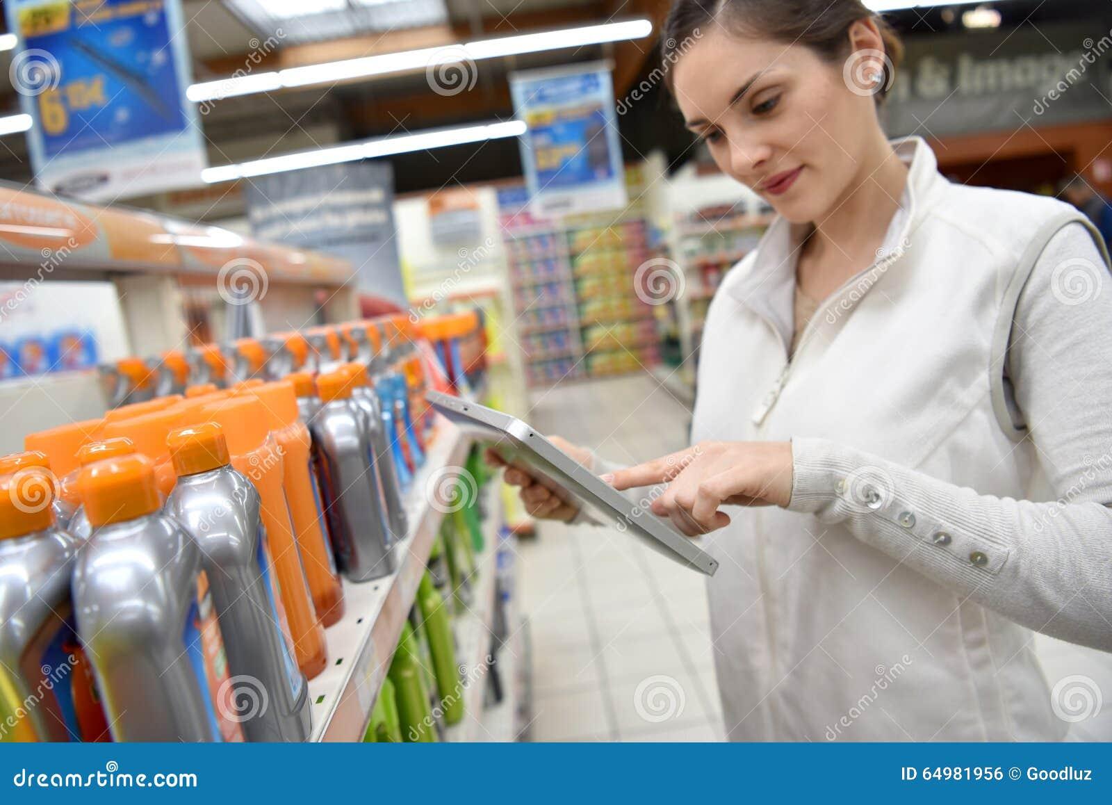Marchandiseur au magasin faisant l inventaire