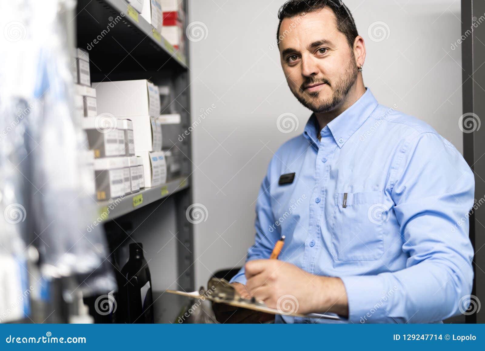 Marchandiseur examinant la disponibilité de produits pour assurer la réparation de voiture