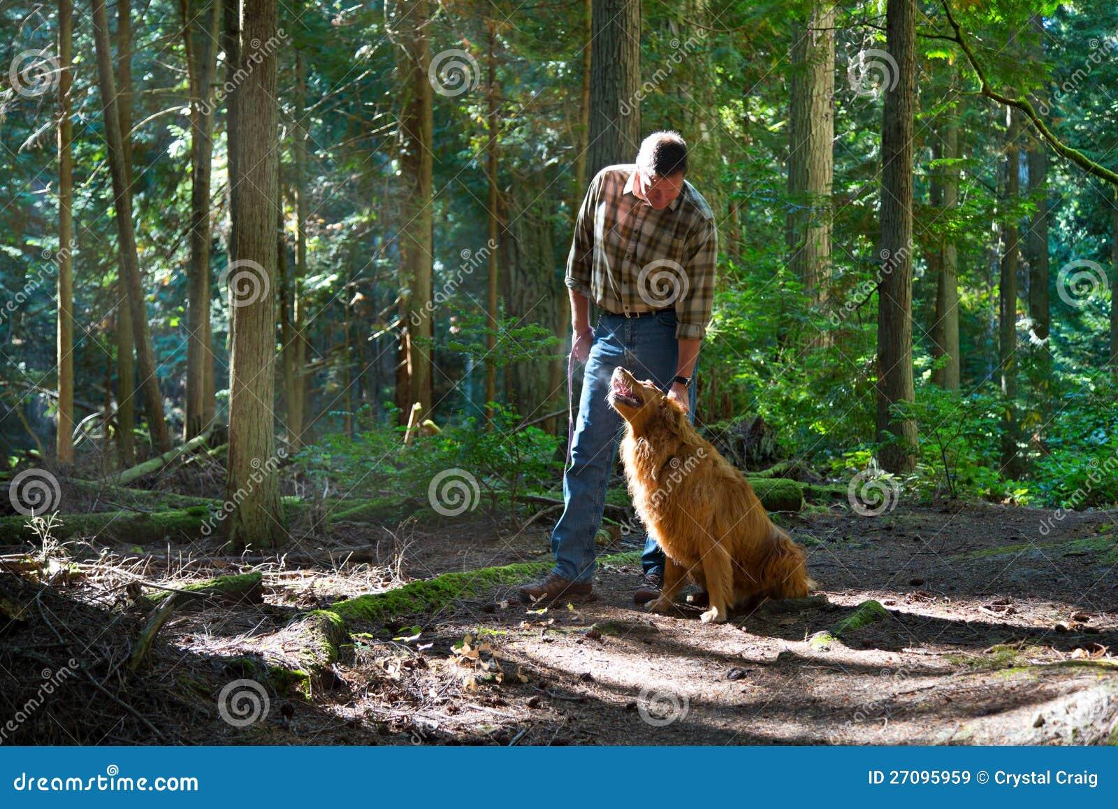 Marchant le crabot dans les bois