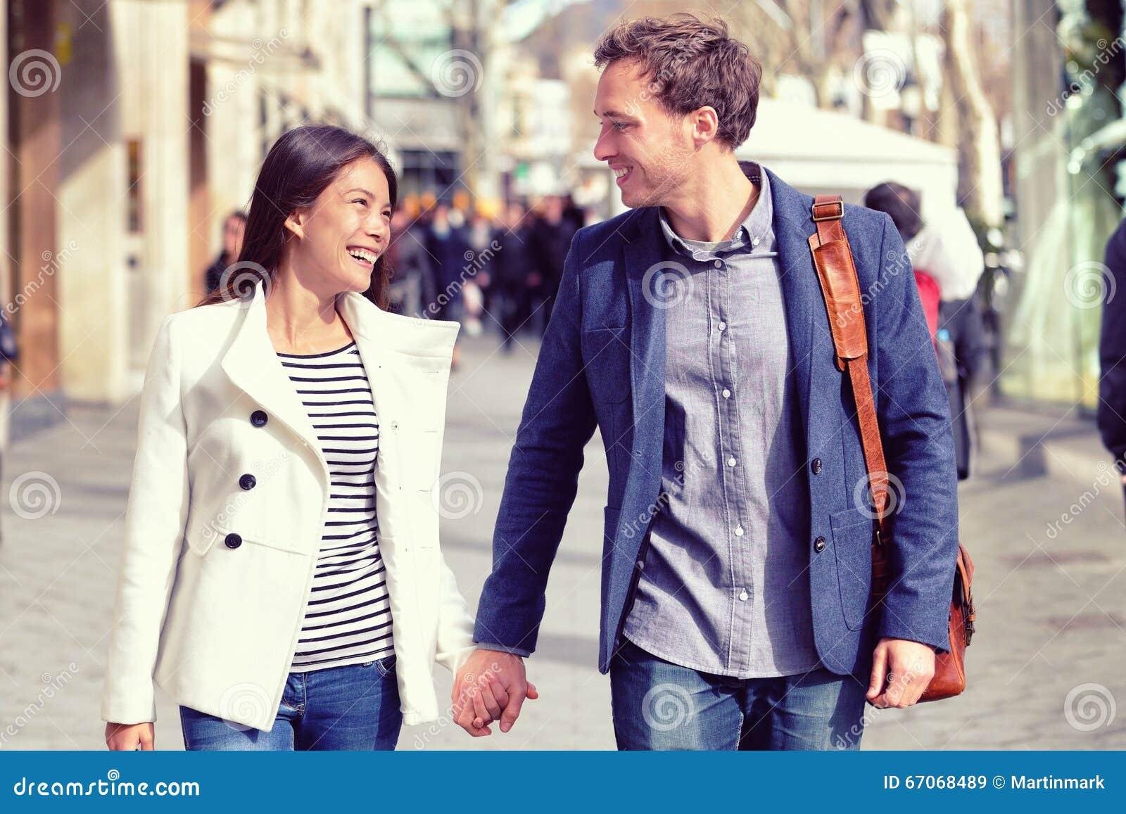 Marche de flirt de jeunes couples de datation dans la ville
