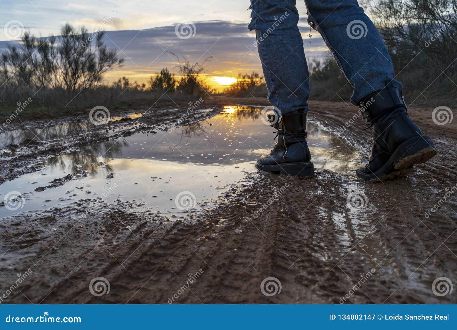 Marche par un magma avec les bottes militaires