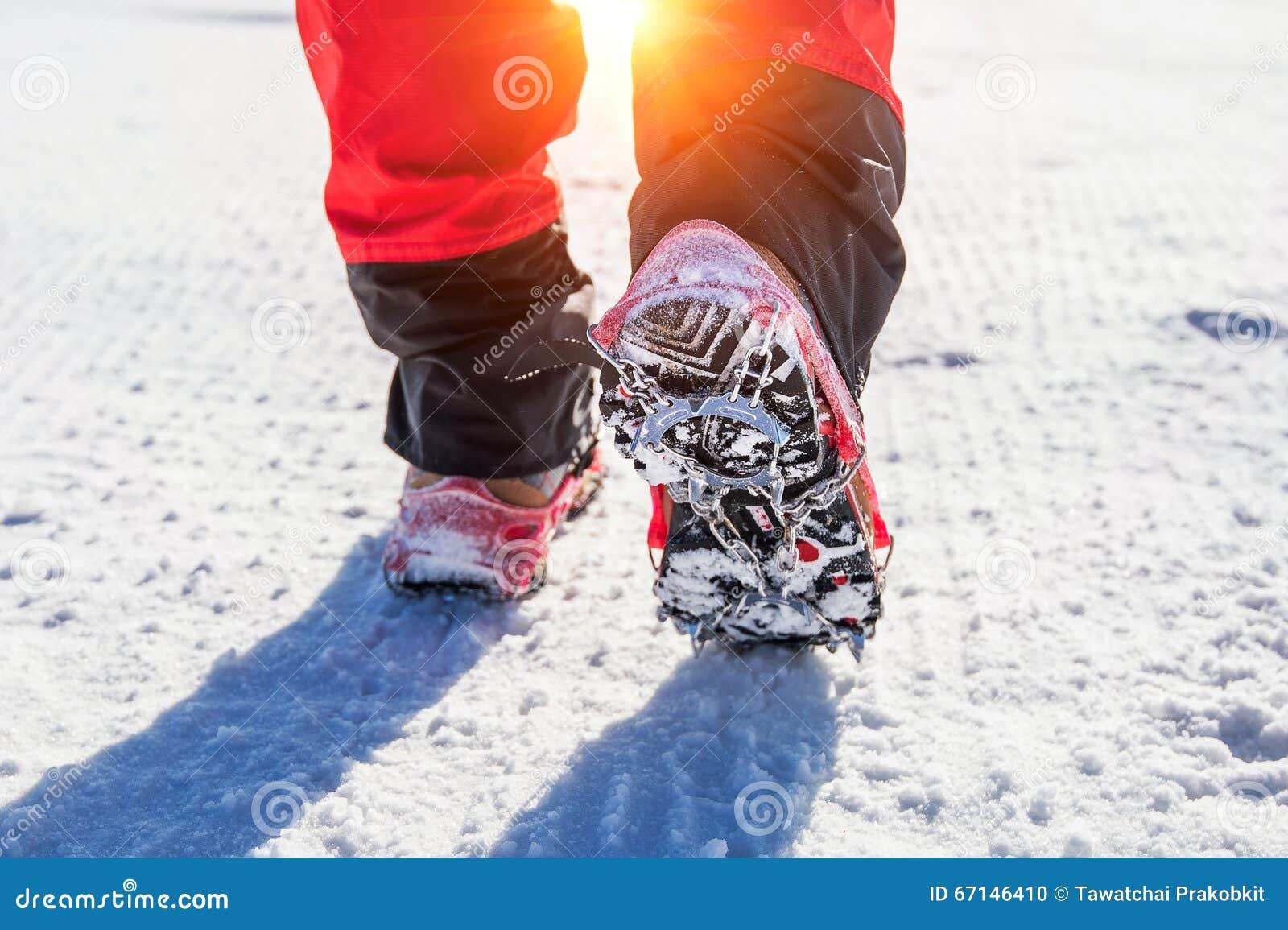 Marche sur la neige avec des chaussures de neige et des transitoires de chaussure en hiver