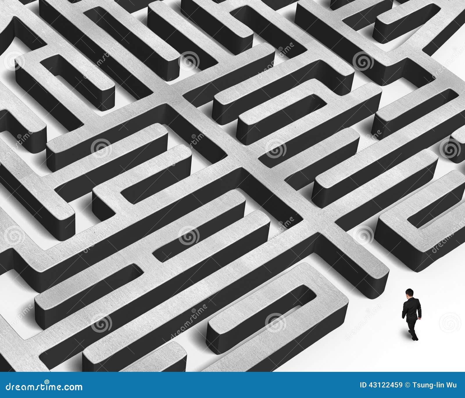 Marche vers le labyrinthe énorme