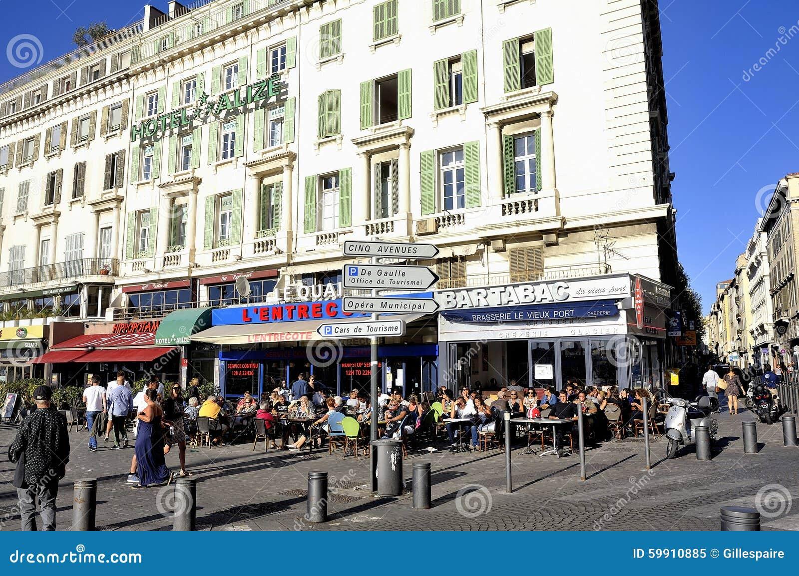 Marchent sur le vieux port de marseille aux nombreux la terrasse de restaurant image ditorial - Restaurant libanais marseille vieux port ...