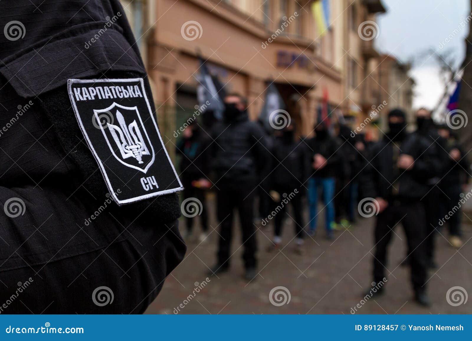 Marchersåterkallelsehjältar av Carpathian Ukraina i Uzhhorod