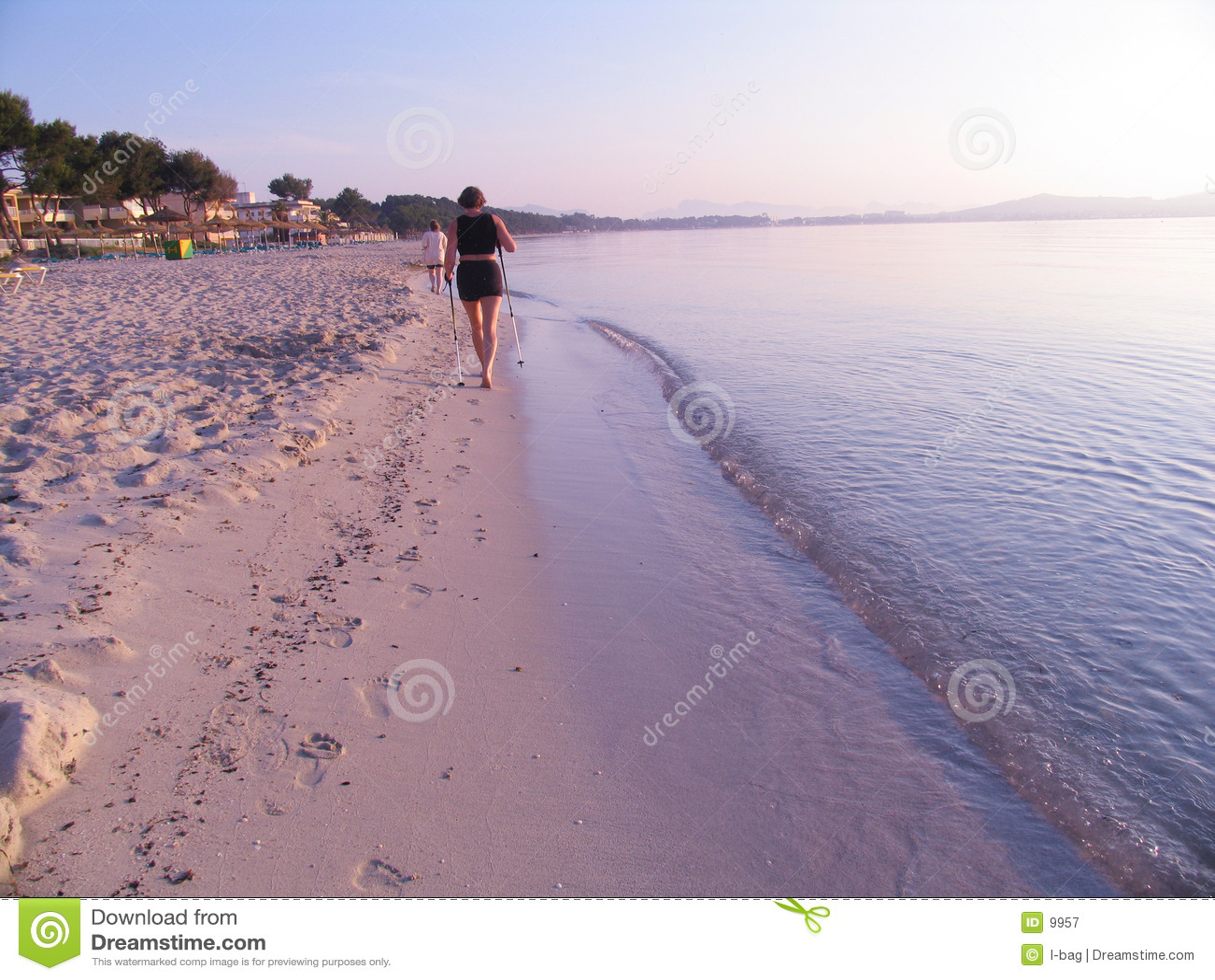 Marcheur nordique à la plage