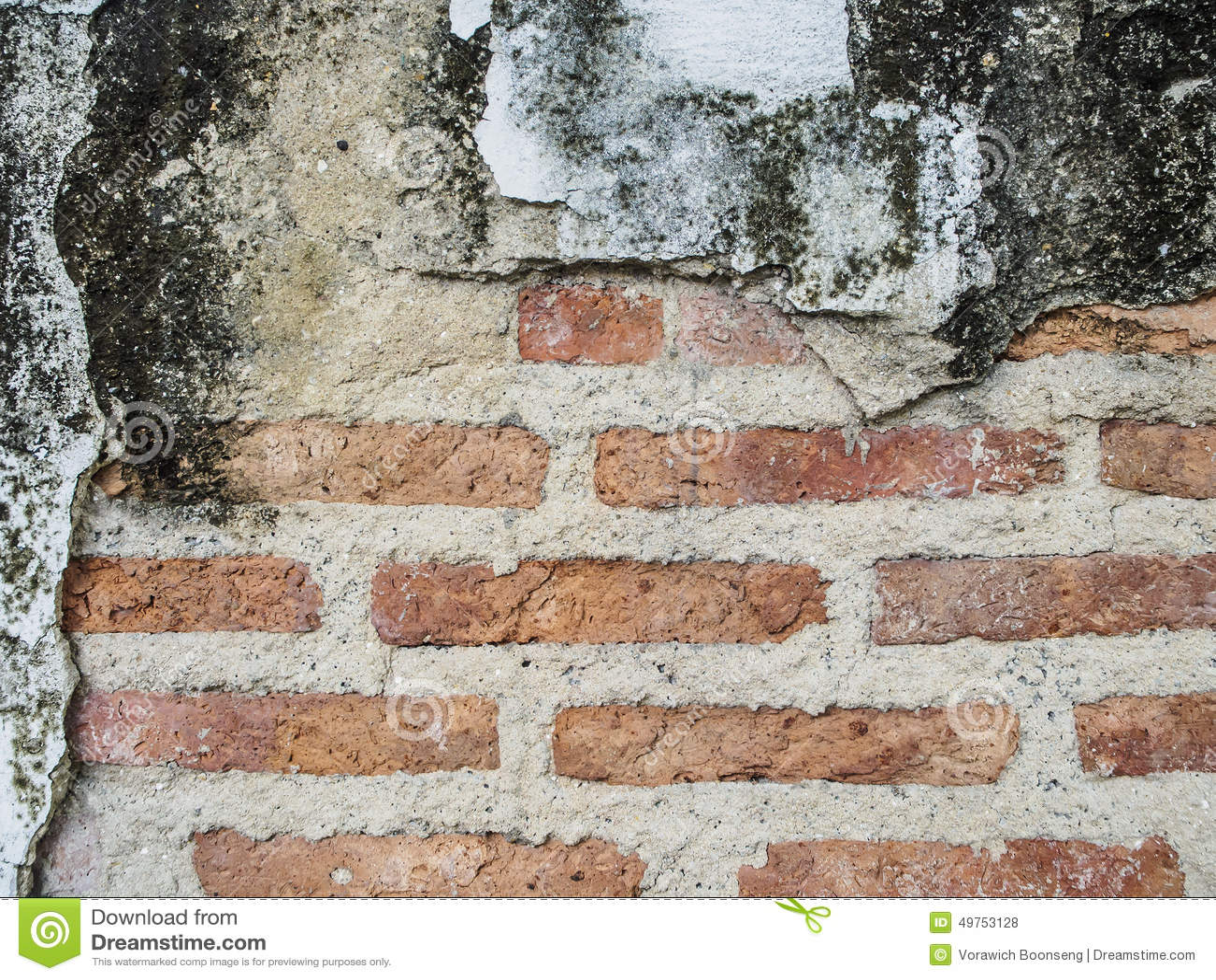 Marciapiede rosso della strada di struttura e dei blocchetti del muro di mattoni del fondo di lerciume