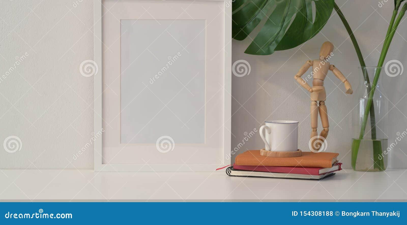 Marco ascendente falso en la pared blanca en estilo mínimo
