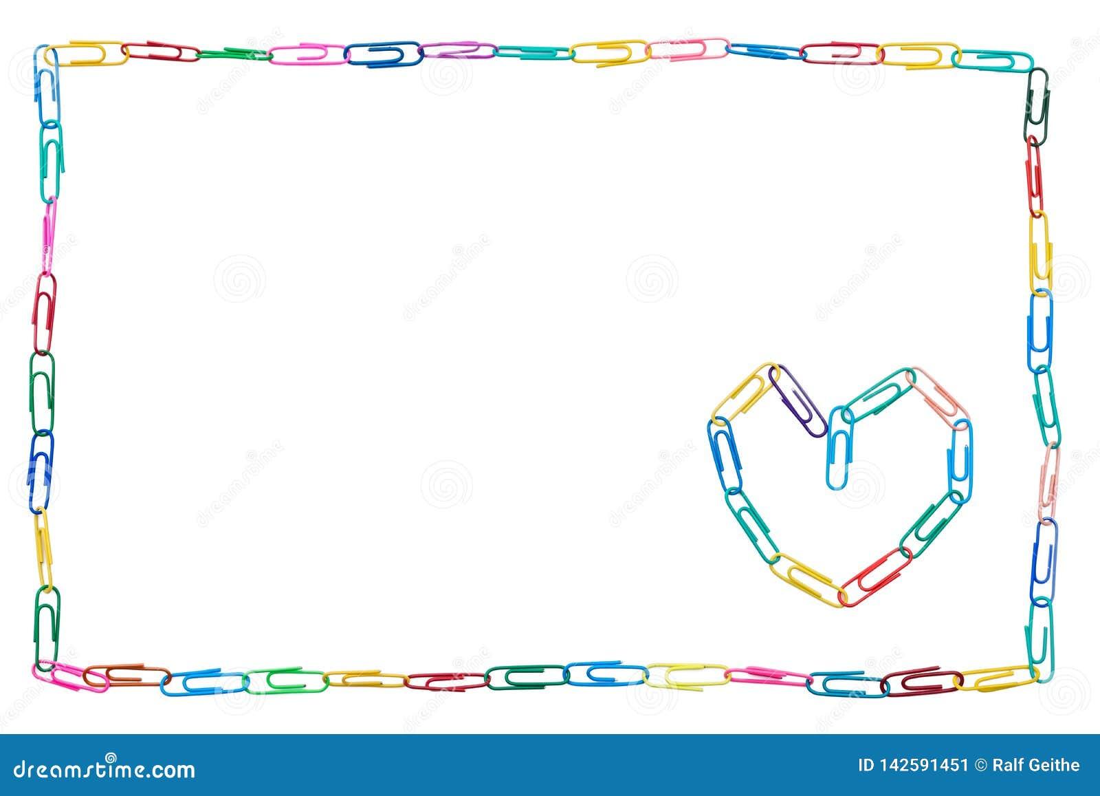 Marco colorido hecho de los clips de papel en el fondo blanco con el corazón para el colega