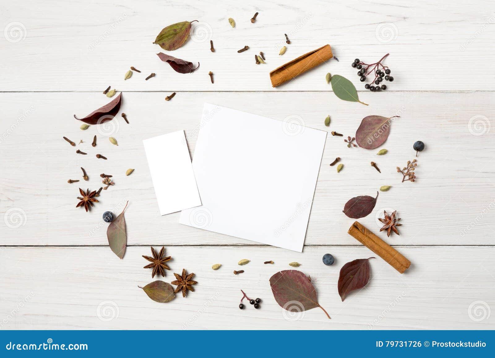 Marco de flores secadas en la madera blanca, visión superior del otoño