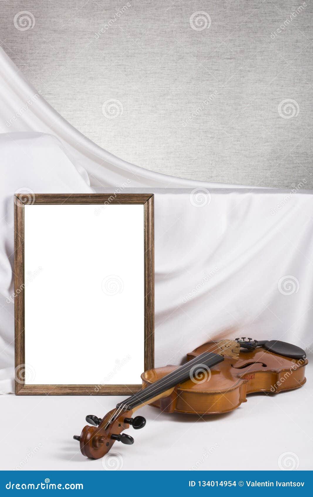 Marco de la foto para su maqueta en la tabla con el violín
