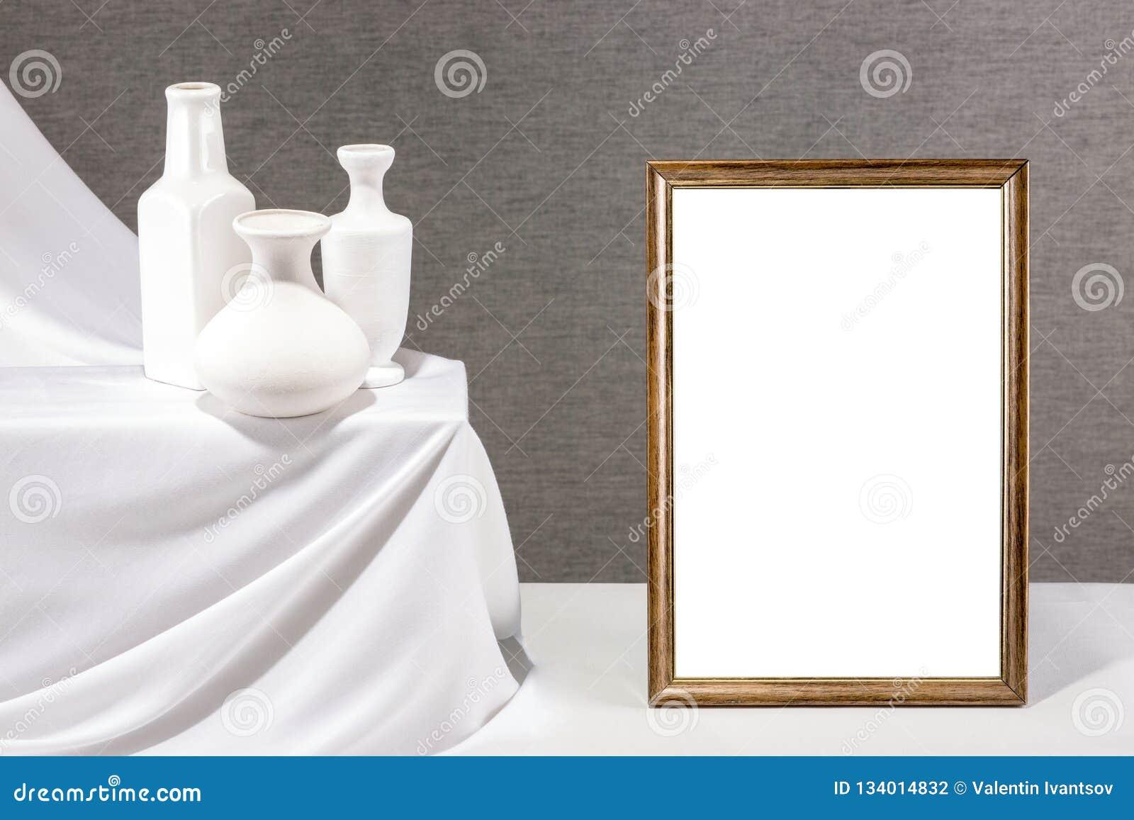 Marco de la foto para su maqueta en la tabla con los floreros