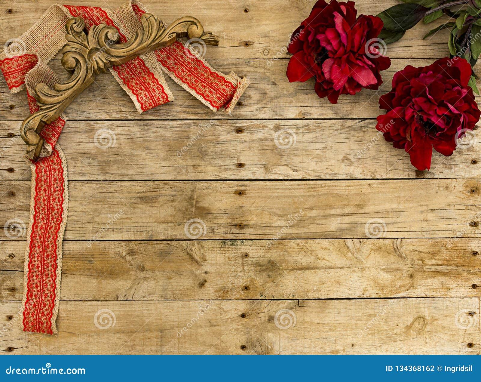 Marco de la postal de la Navidad en el fondo de madera para la tarjeta de felicitación Cinta roja con el ornamento de madera del