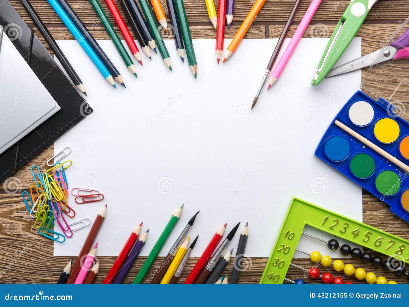 Marco de los efectos de escritorio de la escuela en fondo de madera: papel, lápiz, cepillo, tijeras, carpetas, ábaco,
